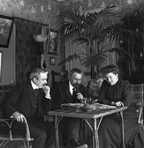 Antonin Daum (centre) with Marguerite Daum and Louis Sencert Wikimedia commons